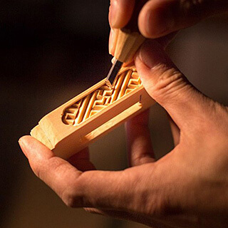 位牌の細かい部分を彫刻刀で彫る